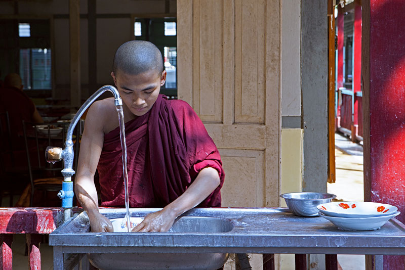 washing-dishes-mahagandayon-monastery-mandalay